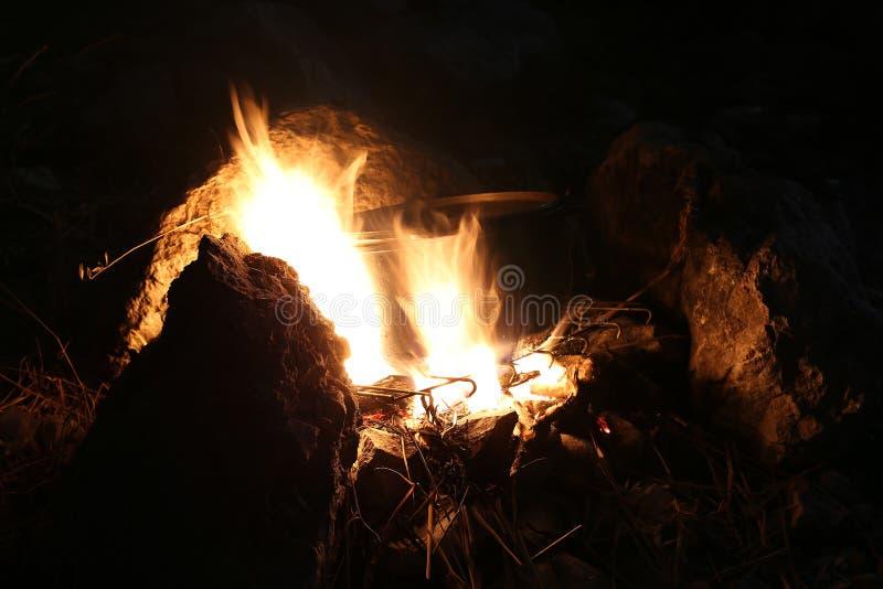Het koken op de brand stock foto's