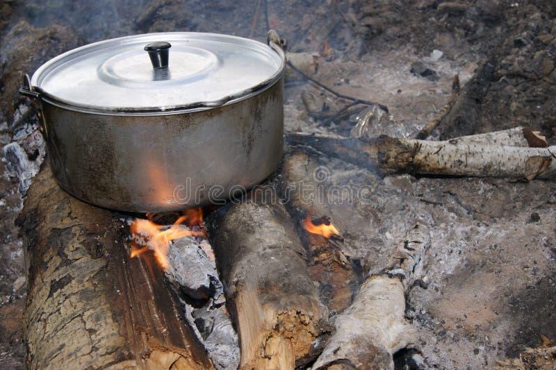 Het koken op de brand stock fotografie