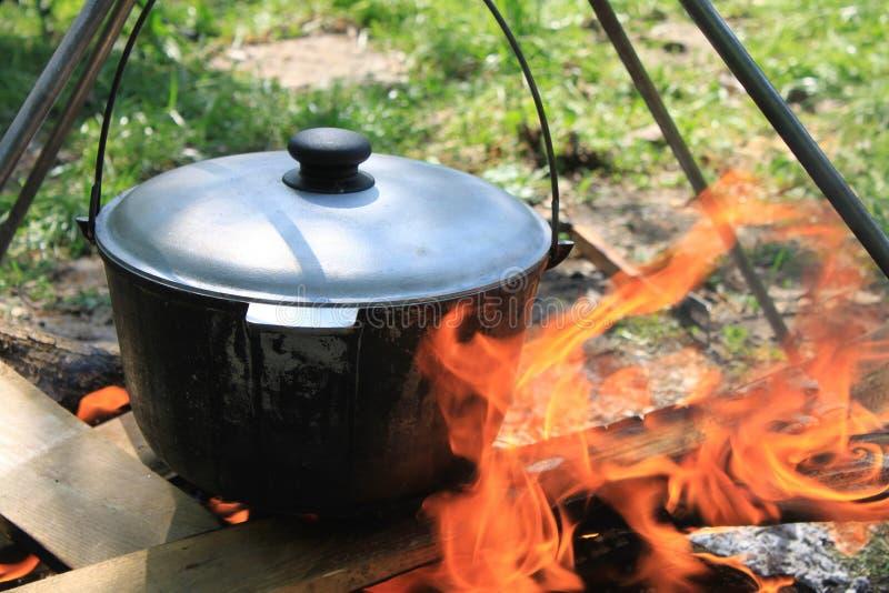 Het koken op een brand stock afbeelding