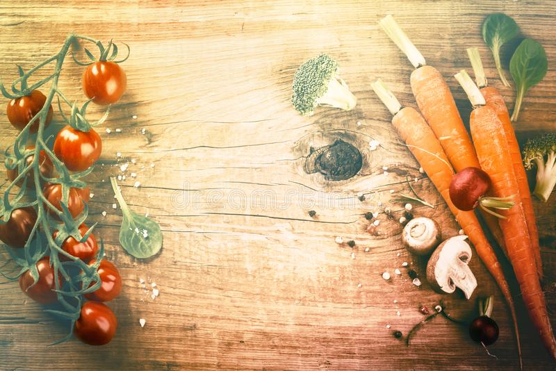 Het koken het plaatsen met verse organische groenten Het gezonde mede eten stock foto's