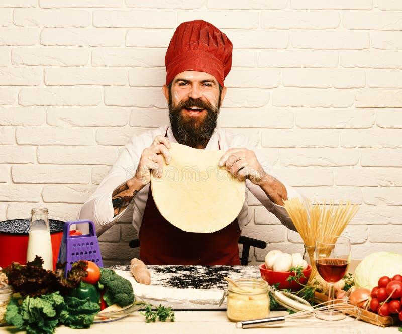 Het koken procédé concept Kok met vrolijk gezicht stock afbeelding