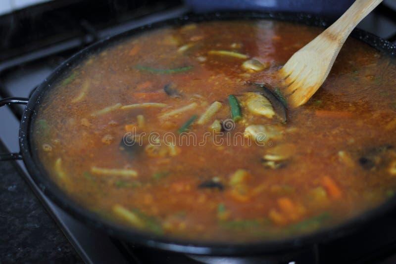 Het koken procédé van Spaanse paella royalty-vrije stock fotografie