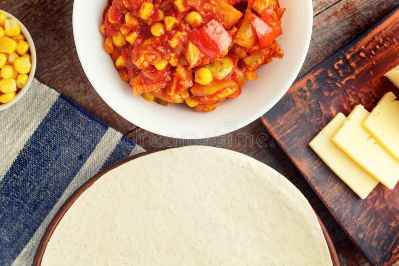Het koken quesadilla, ingrediënten voor Mexicaanse keuken op houten stock afbeelding