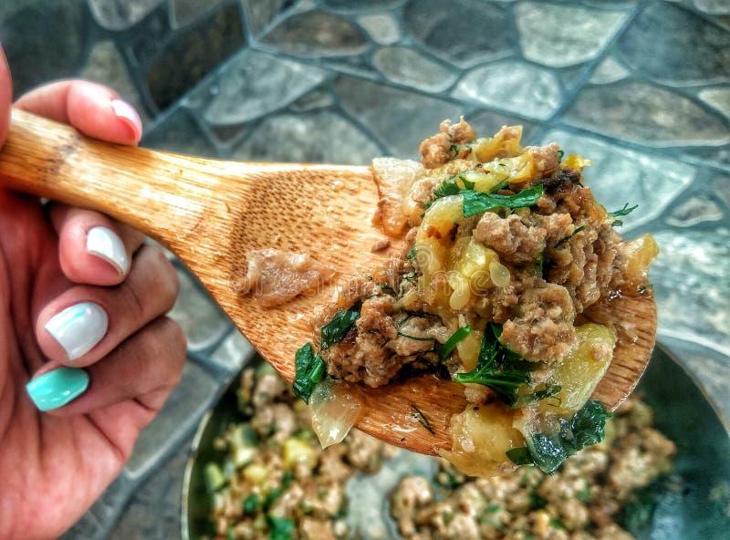 Het koken recept - hutspotvlees met groenten stock afbeelding