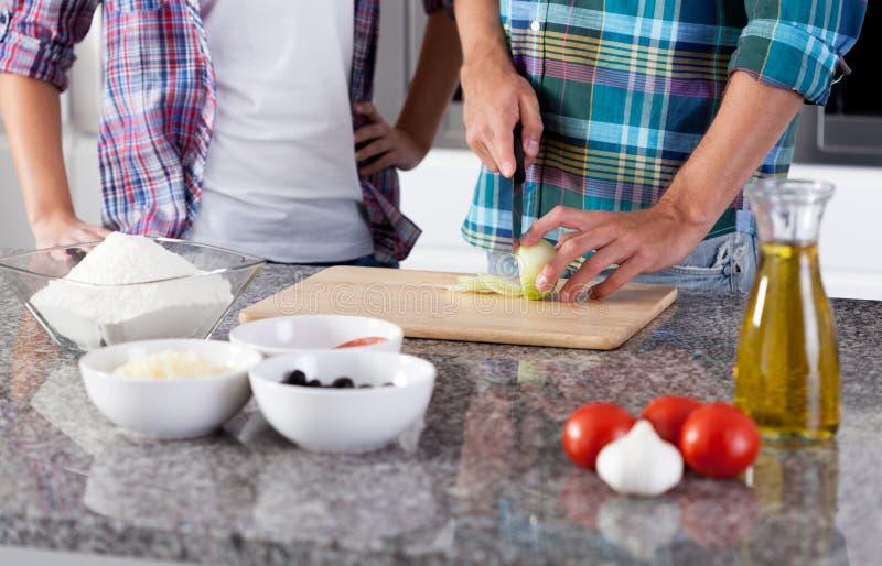 Het koken samen in de keuken stock afbeelding