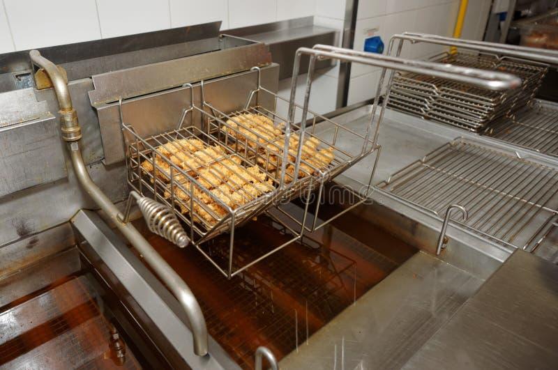 Het koken in snel voedselrestaurant stock foto