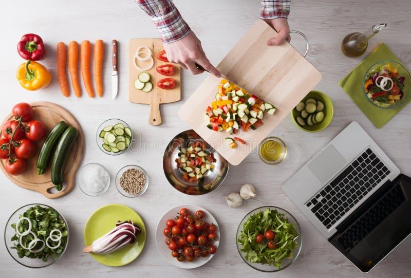 Het koken thuis met online recepten royalty-vrije stock foto