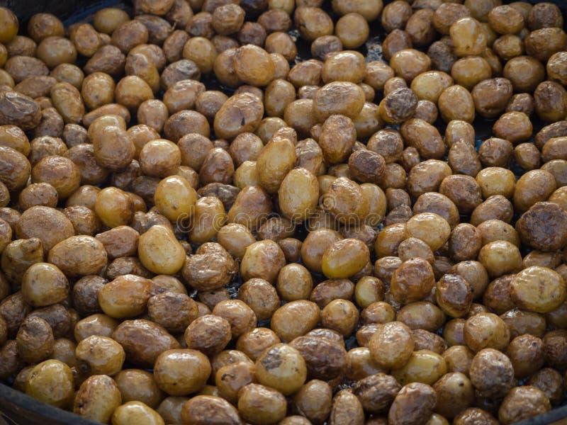 Het koken van de barbecue Braadden de gehele kleine jonge aardappels in een grote pan stock afbeeldingen