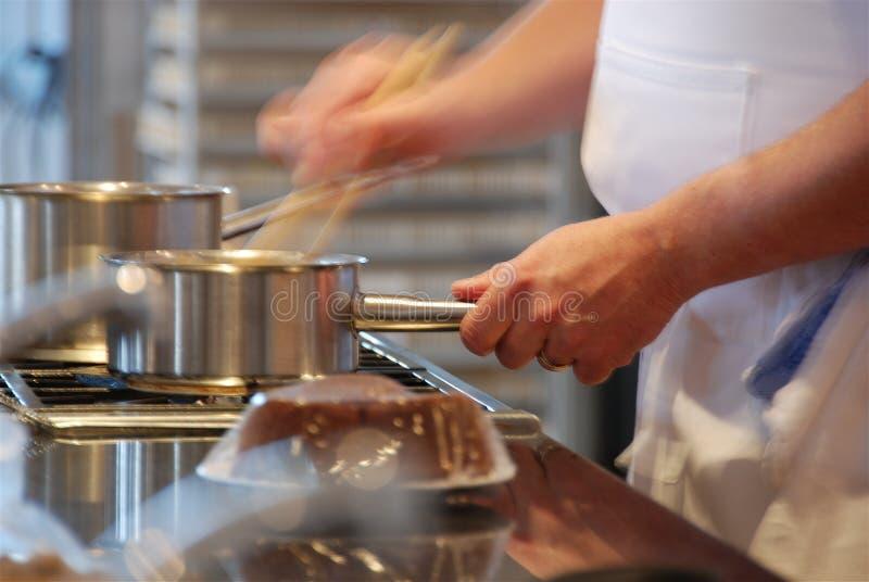 Het koken van de chef-kok   stock afbeeldingen