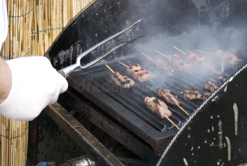 Het koken van de chef-kok bij barbecue stock fotografie