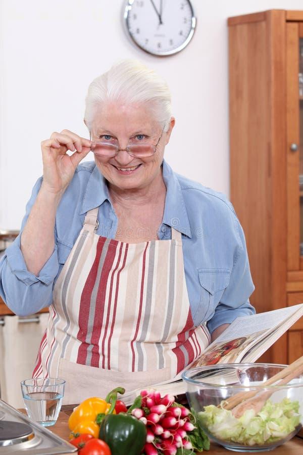 Het koken van de grootmoeder royalty-vrije stock foto