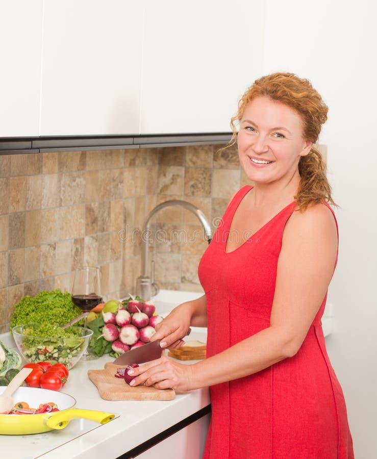 Het koken van de huisvrouw in de keuken royalty-vrije stock afbeelding