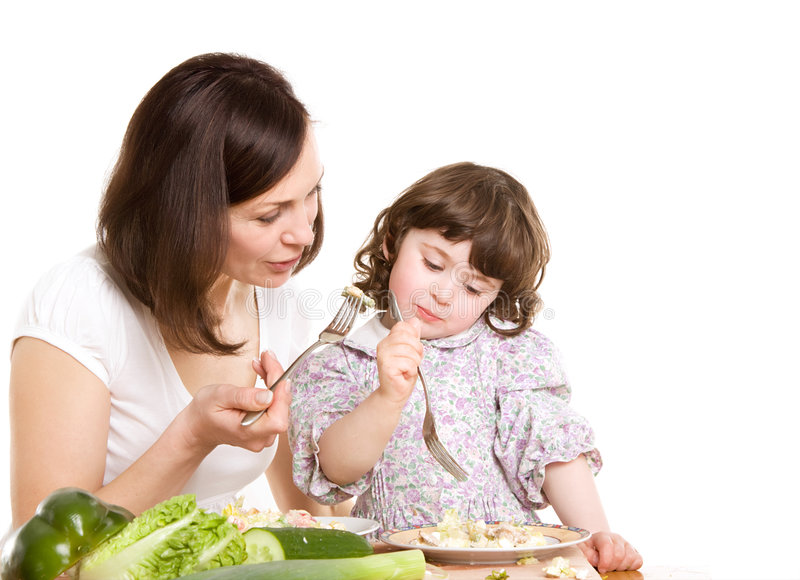 Het koken van de moeder en van de dochter bij de keuken royalty-vrije stock afbeeldingen