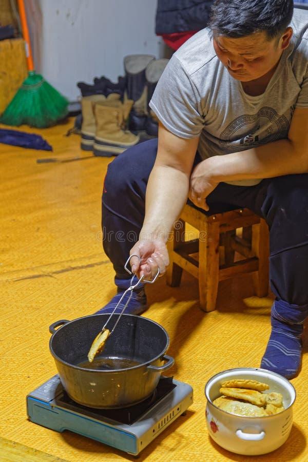 Het koken van de traditionele Khuushuurs is bijna klaar stock afbeelding