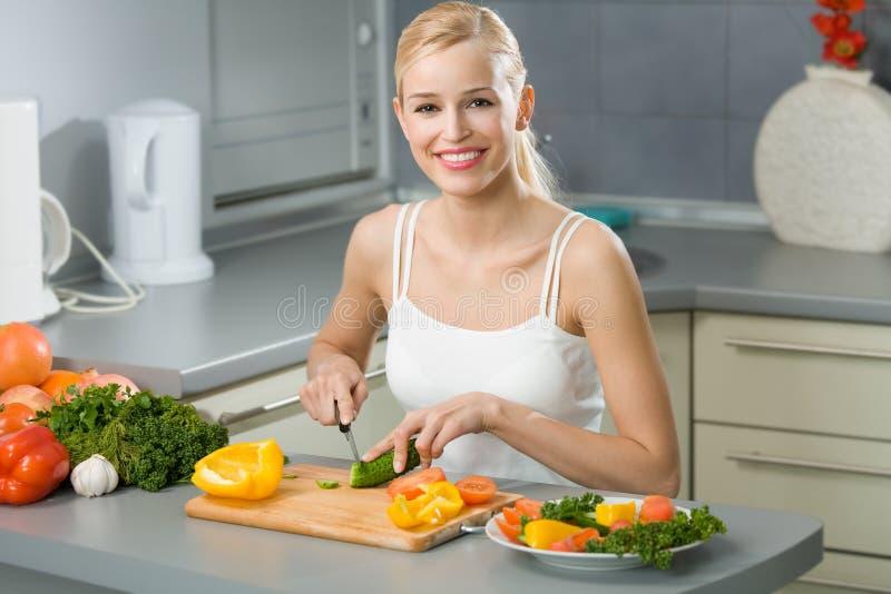 Het koken van de vrouw stock foto's
