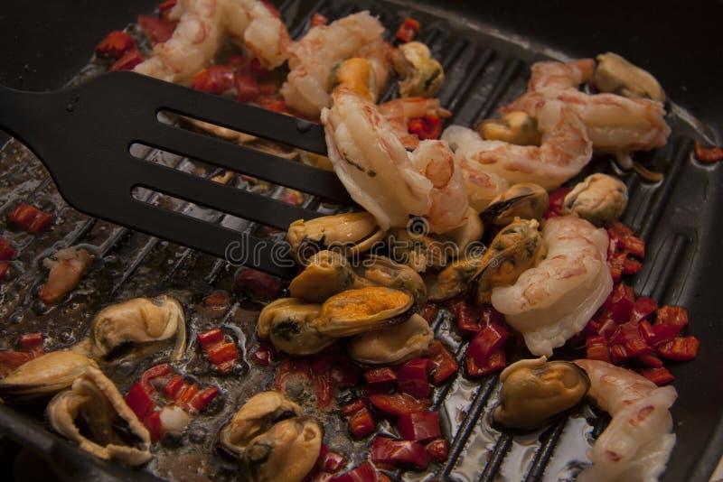 Het koken van garnalen met Spaanse peperspeper royalty-vrije stock foto's