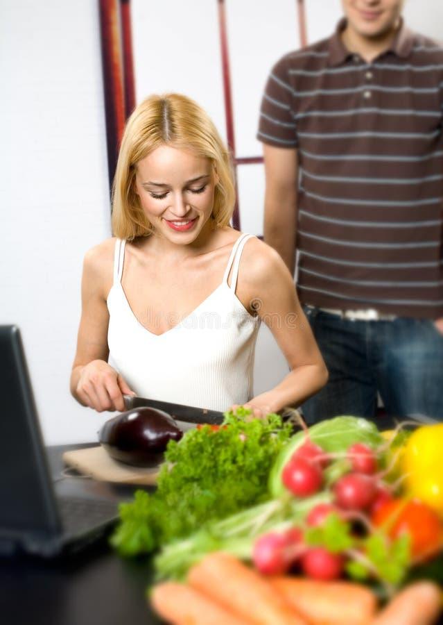 Het koken van het paar met laptop royalty-vrije stock foto