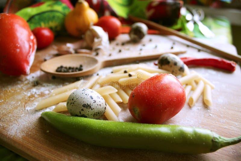 Het koken van Italiaanse deegwaren met elleboogmacaroni royalty-vrije stock afbeeldingen