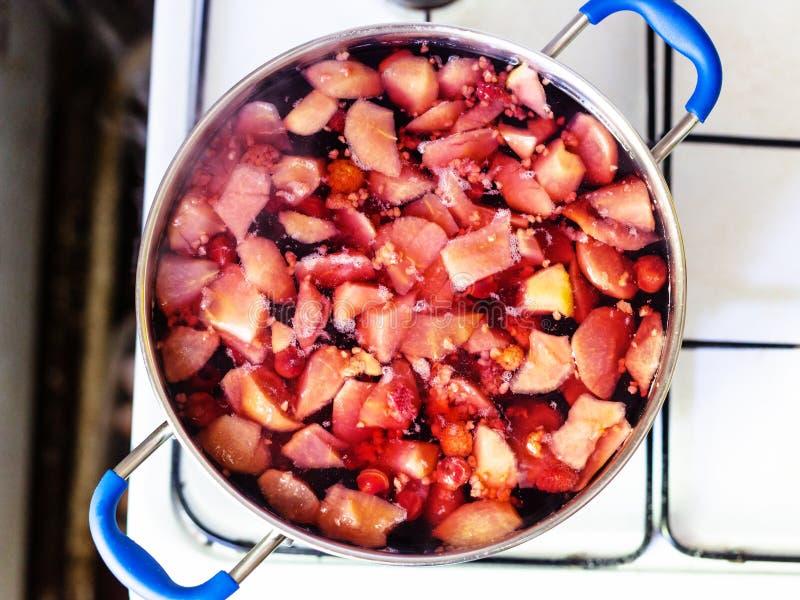 Het koken van lokale niet-alkoholische zoete drank Kompot royalty-vrije stock afbeeldingen