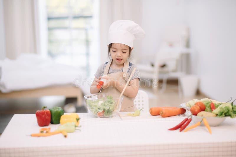 Het koken van het meisje royalty-vrije stock afbeelding