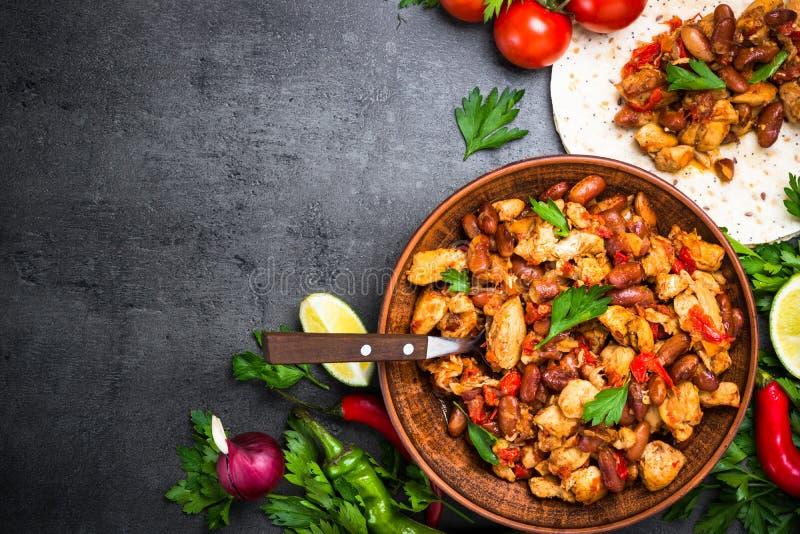 Het koken van Mexicaanse taco met vleesbonen en groenten stock afbeeldingen