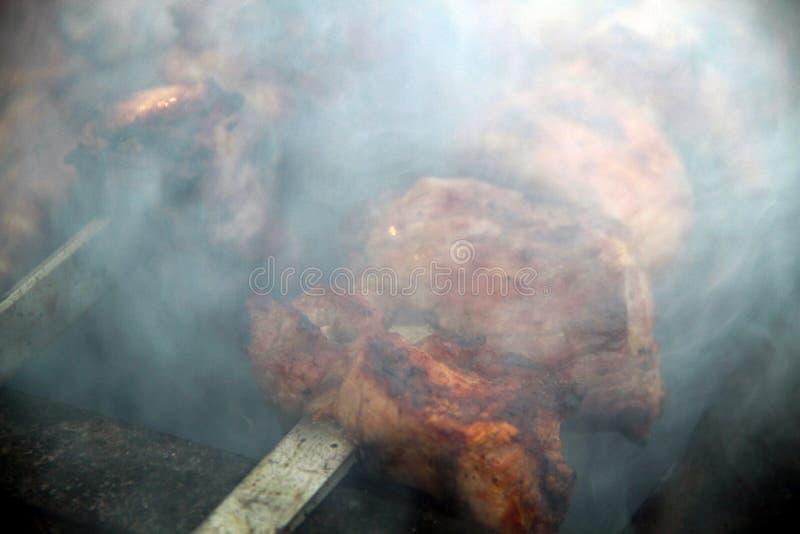 Het koken van smakelijke BARBECUE in openlucht, close-up royalty-vrije stock foto's