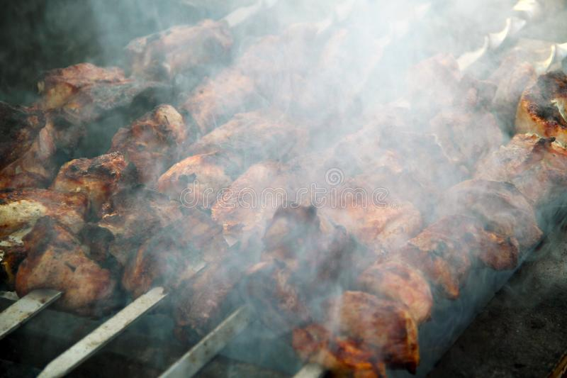 Het koken van smakelijke shashlick in openlucht, close-up stock foto