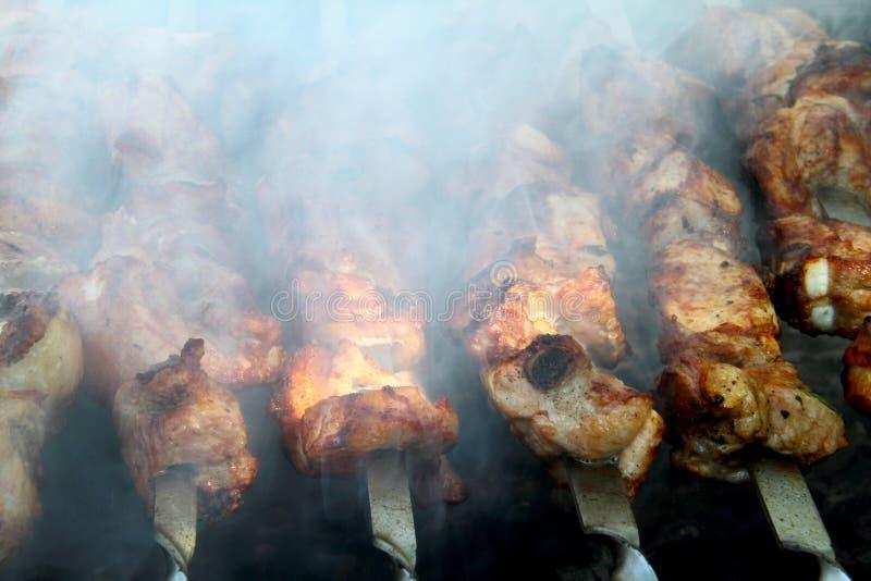 Het koken van smakelijke shashlick in openlucht, close-up royalty-vrije stock foto
