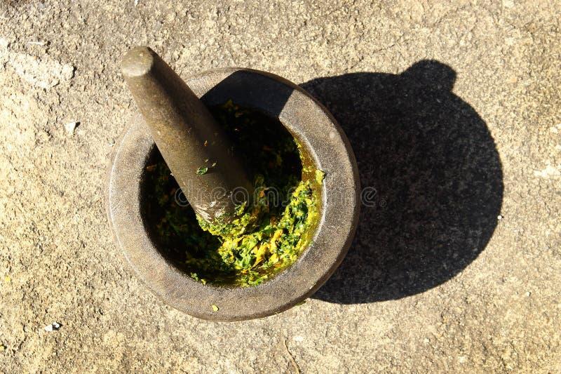 Het koken van Thais groen Spaanse peperdeeg in steenmortier met stamper royalty-vrije stock fotografie