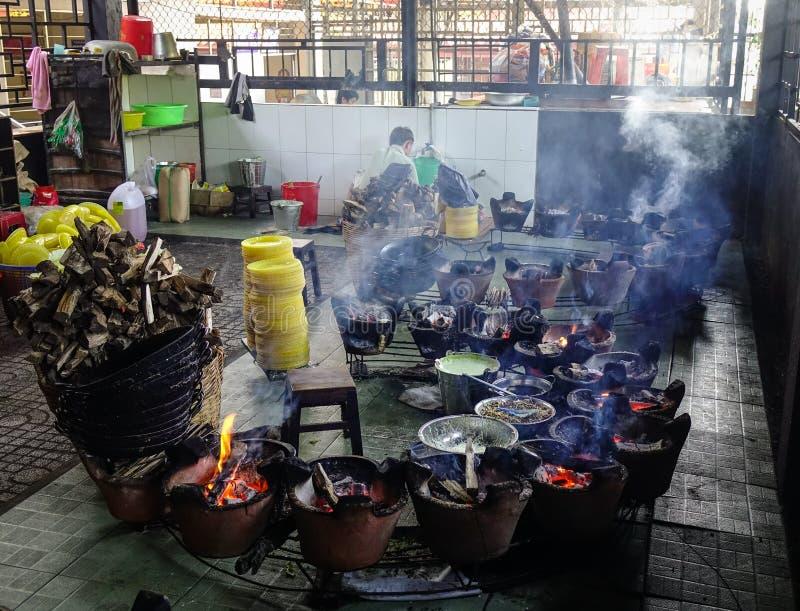 Het koken van traditioneel voedsel bij lokaal restaurant royalty-vrije stock afbeeldingen
