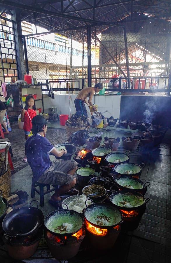 Het koken van traditioneel voedsel bij lokaal restaurant stock afbeelding