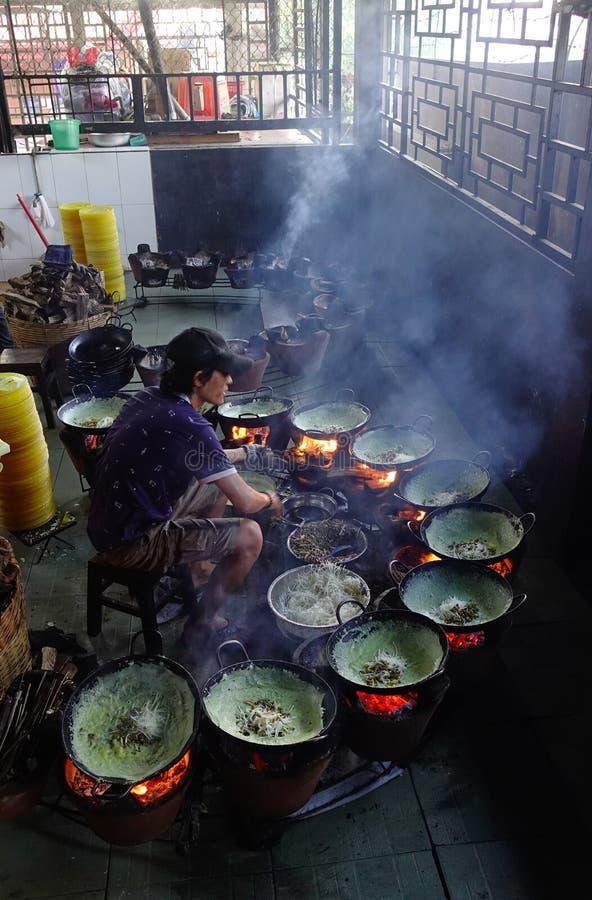 Het koken van traditioneel voedsel bij lokaal restaurant royalty-vrije stock fotografie