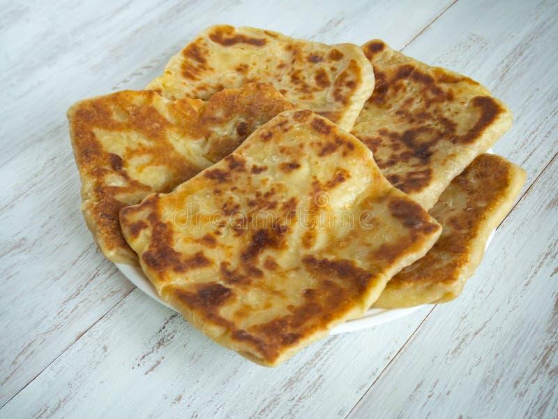 Het koken van traditionele pastei met pompoen Placinta - Traditionele eigengemaakte Roemeense en Moldovische pastei stock foto's
