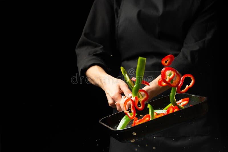 Het koken van verse groenten in de panchef-kok Het horizontale foto bekijken Donkere zwarte achtergrond met het gebied van de exe royalty-vrije stock foto's