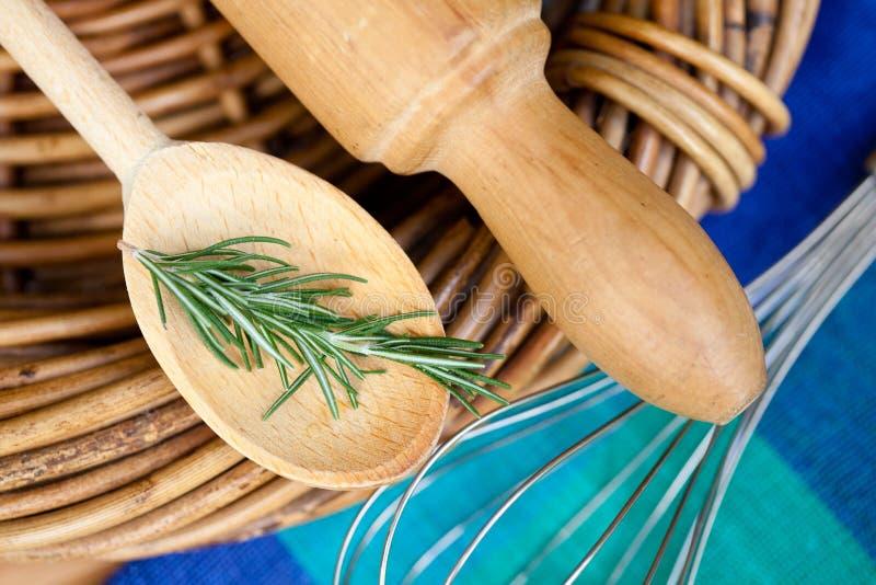 Het koken - Werktuigen en Rosemary stock afbeelding