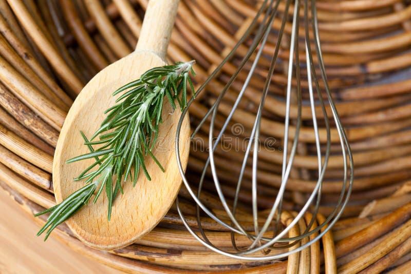 Het koken - Werktuigen en Rosemary stock foto's