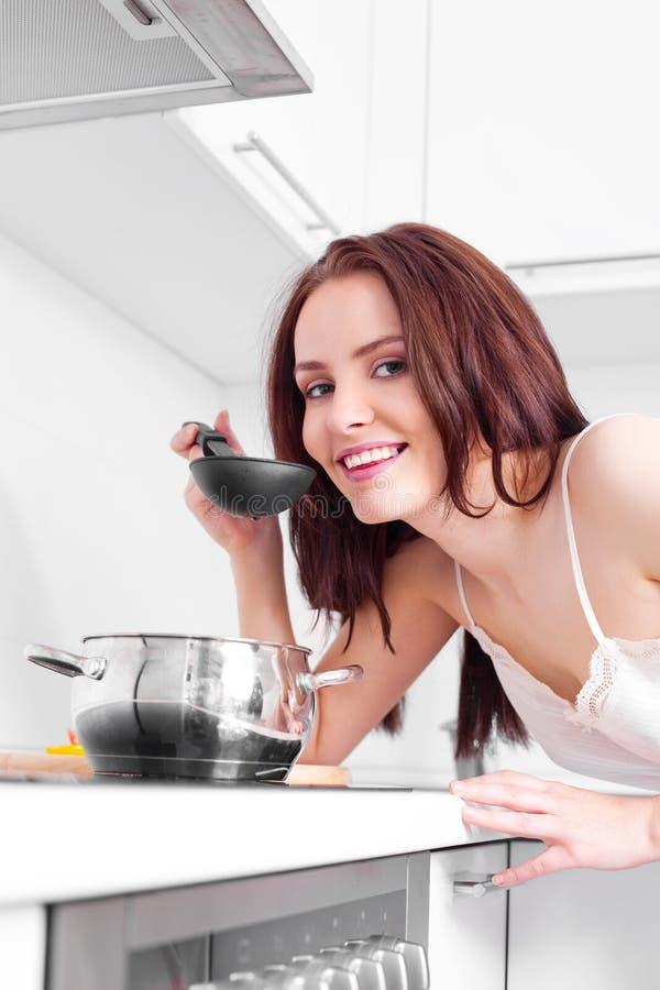 Het kokende diner van de vrouw stock fotografie