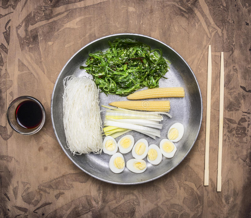 Het kokende Koreaanse voedsel, glasnoedels, chukazeewier, kookte kwartelseieren, gember, graanpan en eetstokjes stock afbeelding