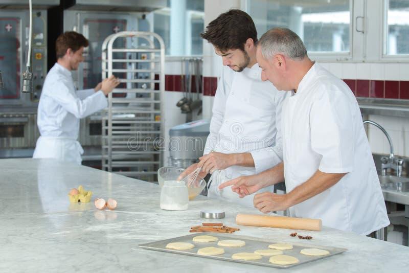Het kokende voedsel van de klassen culinaire bakkerij en mensenconcept stock foto