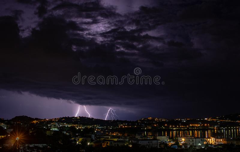 Het komende onweer verlicht de stad stock foto