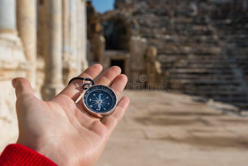 Het kompas van de mensenholding in oude stad royalty-vrije stock afbeelding