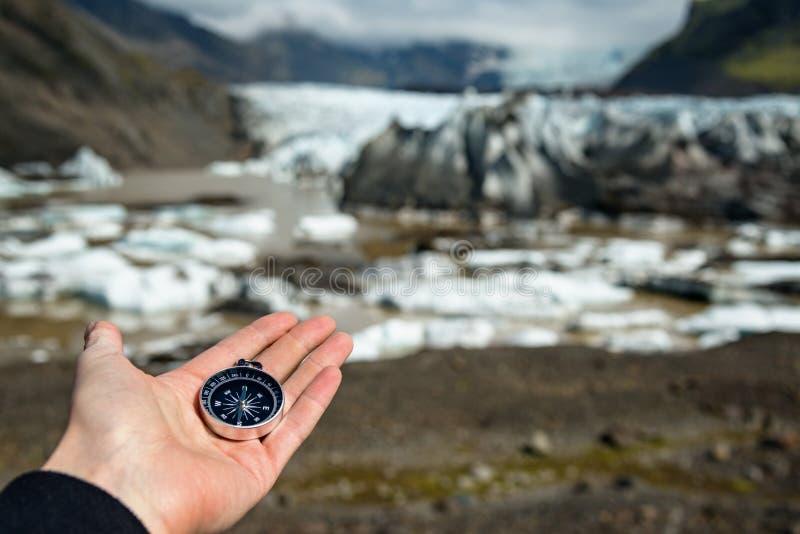 Het kompas van de ontdekkingsreizigerholding in zijn hand royalty-vrije stock foto's