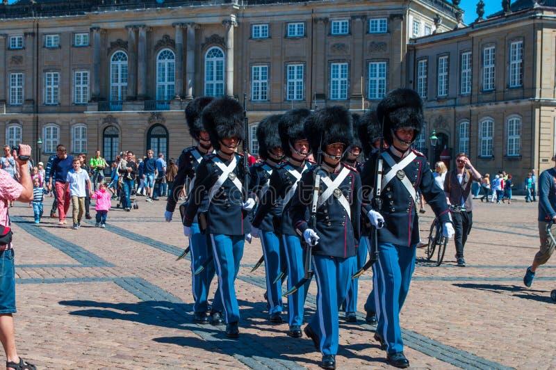 Het Koninklijke Leven bewaakt maart door Amalienborg paleis voor de verschuivingsverandering stock afbeeldingen