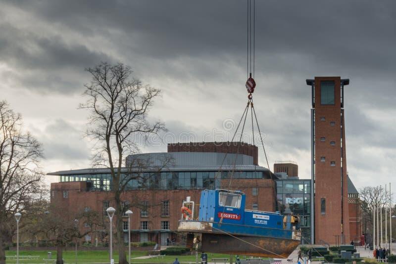 Het koninklijke Theater van Shakespeare met sleepbootboot die in kanaal worden verminderd stock fotografie