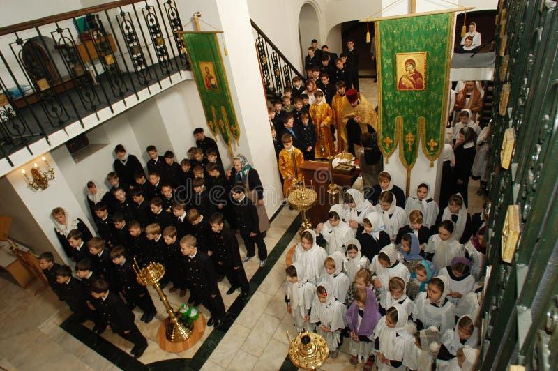 Het Koor van orthodoxe Kinderen in het Christelijke gymnasium royalty-vrije stock afbeeldingen