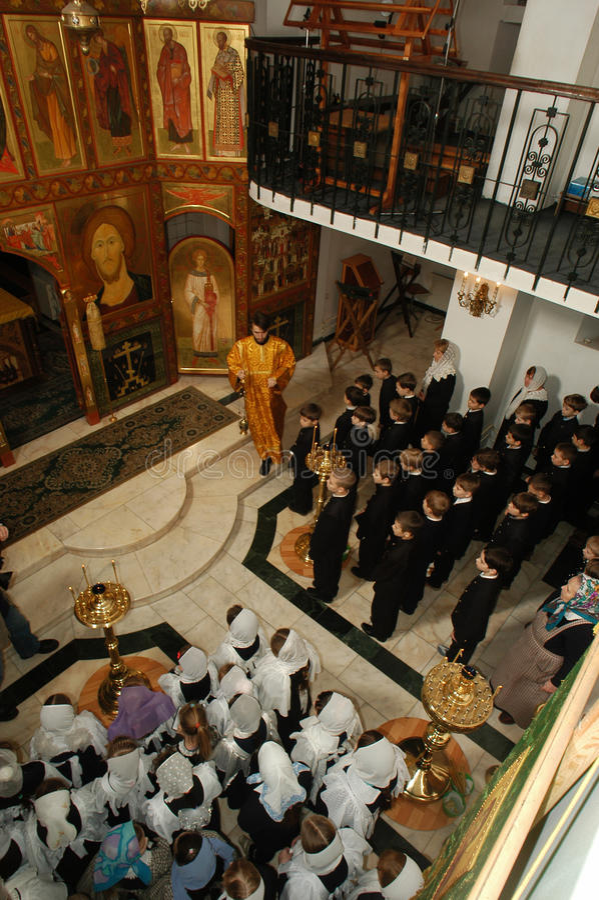 Het Koor van orthodoxe Kinderen in het Christelijke gymnasium royalty-vrije stock afbeelding