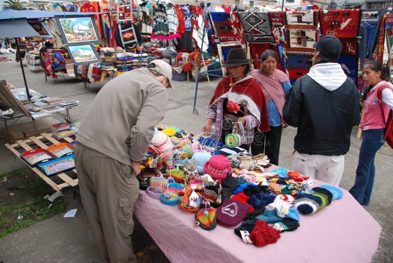 Het kopen van de toerist herinneringen in een markt in Ecuador royalty-vrije stock afbeelding