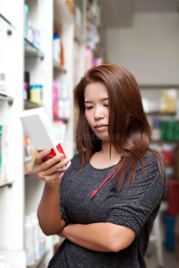 Het kopen van de vrouw geneeskunde stock afbeelding