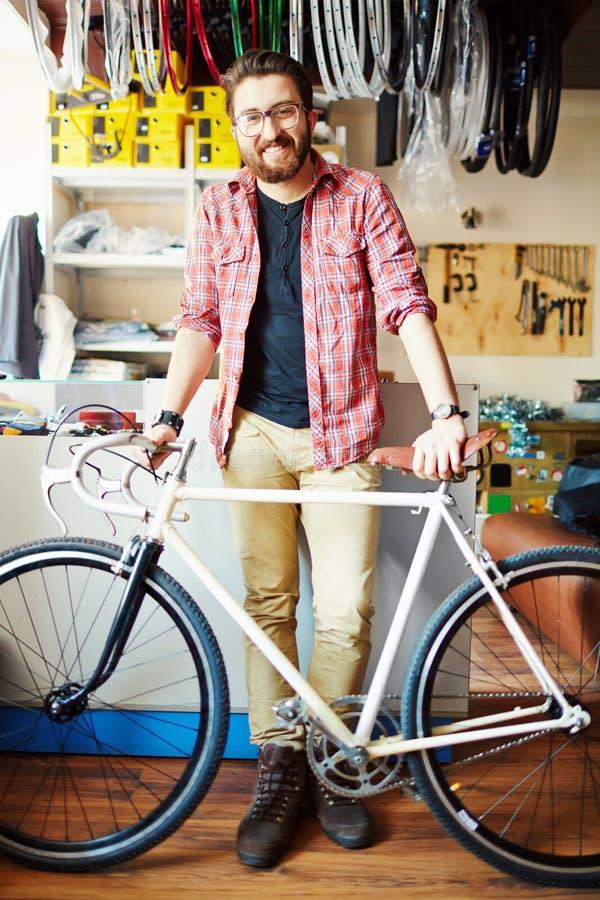 Het kopen van een fiets stock foto's