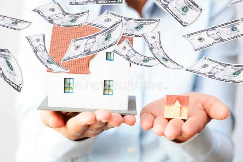 Het kopen van een klein of groot huis die het prijzenverschil overwegen royalty-vrije stock foto's